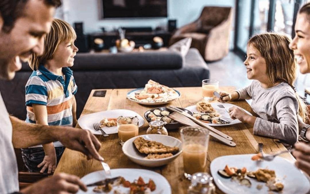 Regarder la télévision en mangeant amoindrit le développement du langage de l'enfant